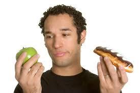 homme-mange-pomme-ou-gateau